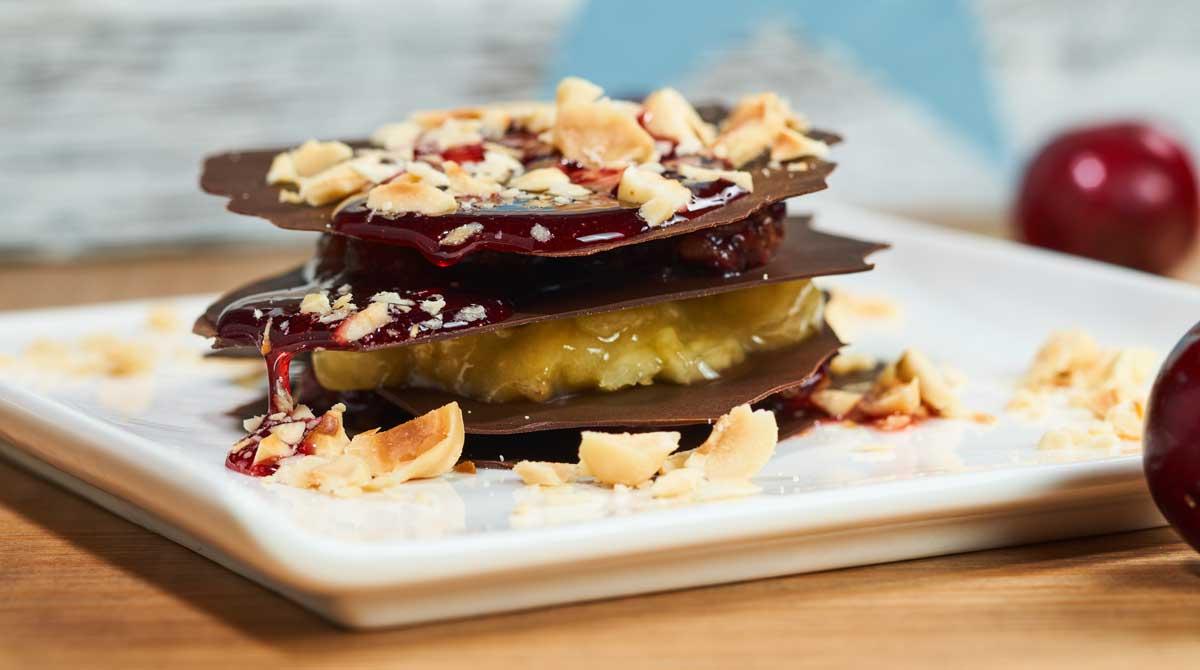 Milhojas de cereza, mango y chocolate con avellanas